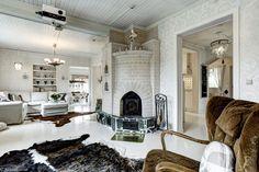 Kaunis varaava takka olohuoneessa - Etuovi.com Sisustus Decor, Furniture, Oversized Mirror, Home Decor, Rugs, Fireplace, Mirror