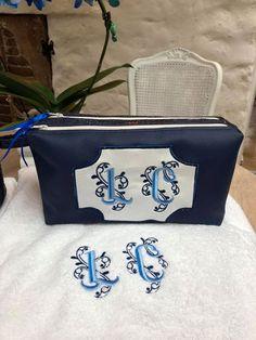 Trousse Zip-Zip brodée en simili bleu marine cousue par Dominique - Patron Sacôtin