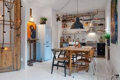: 소박한 비스트로 풍과 현대적인 느낌이 머무는 집오늘은, 북유럽 디자인이 도드라지게 느껴지는 스웨덴의 한 가정집에서 인테리어아이디어를 얻어보세요!화이트 원목 바닥과 화이트 벽, ...