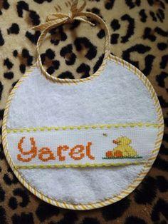 """Babero nombre """"Yarel"""" con patito"""