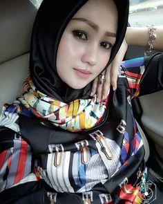 Pin Image by Hijab Instag Beautiful Muslim Women, Beautiful Hijab, Beautiful Asian Girls, Casual Hijab Outfit, Hijab Chic, Bali Girls, Moslem, Hijab Collection, Muslim Women Fashion
