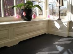verwarming inbouw vensterbank: klassiek paneel patroon Old Mansions, Klein, Radiators, Bench, Windows, Flooring, Living Room, Storage, Inspiration
