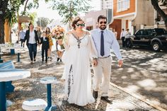 Casal de noivos saindo da igreja com família após casamento rumo ao local da festa em Limeira. #casamento #wedding #noivos