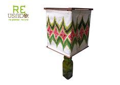 base de botella verde con piedritas para mayor estabilidad cámara de tela bordada a mano con cinta de velcro para desmontar fácilmente. foco ahorrador Peso: 1.2 kg Alto 56cm, ancho 31 cm  RECUERDA QUE TODOS NUESTROS ARTÍCULOS SON PIEZAS ÚNICAS PUES SE FABRICAN CON MATERIAL RECICLADO.