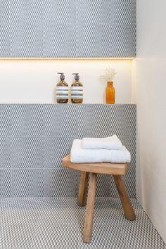 Un tabouret pour disposer serviettes (et savons??) par manque de place dans les toilettes!