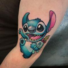 #Comic #Tattoo #Newschool #Stitch #tattoo #tätowierung #tattoospirit #tattooidee #tattoomotiv #kunst #körperkunst #idee #design Disney Stitch Tattoo, Disney Tattoos, Disney Sleeve Tattoos, Mini Tattoos, Cute Tattoos, Body Art Tattoos, Small Tattoos, Hogwarts Tattoo, Lelo And Stitch