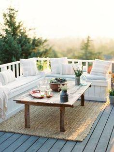 balkongestaltung rustikaler tisch teppich dekokissen pflanzen: