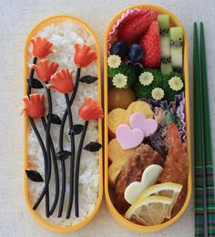 ウィンナーとイカスミパスタのお花弁当this is the super cutest thing I've ever seen! I have no idea what that says above my comment. lol (Sausage- they tend to call them wiener- and squid ink pasta flower bento is what the Japanese says) Japanese Bento Box, Japanese Food Art, Japanese Sweets, Bento Box Lunch For Kids, Cute Bento Boxes, Food Art Bento, Kawaii Cooking, Kawaii Bento, Bento Recipes