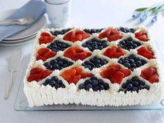 Stor bløtkake med saftig sukkerbrød. Kaken lages i en langpanne og pyntes med krem og ferske bær i det norske flaggets farger.
