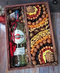 Идеи подарков | Подарки своими руками | ВКонтакте Fruit Gifts, Food Gifts, Diy Gifts, Charcuterie Gifts, Charcuterie And Cheese Board, Diy Christmas Gifts For Parents, Christmas Gift Baskets, Fruit Packaging, Food Packaging Design