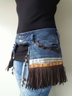 I like the idea of ​​fringes on the skirt for a fairing, Informations About Ich mag die Idee von Fransen am Rock für eine Verkleidung - UPCYCLING IDEEN Pin You can easily use my pro Artisanats Denim, Denim Skirt, Denim Purse, Fringe Skirt, Denim Fashion, Boho Fashion, Womens Fashion, Fashion Sewing, Fashion Ideas