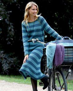 Strikkede kjoler er blevet et kæmpe hit, og denne model med den søde  sømandsåbning i raglansnittet bliver helt sikkert også populær.