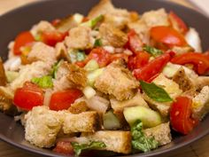 Panzanella is a bread and tomato-based salad which is typical of Tuscany - simple and delicious. Try our Italian panzanella recipe! Greek Dishes, Italian Dishes, Italian Recipes, Shrimp Pie Recipe, Healthy Greek Recipes, Tomato Bread, Queso Mozzarella, Grilled Bread, Italian Foods