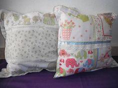 Almofadas feitas em tecido de algodão estampado com enchimento em fibra acrílica. R$ 25,00