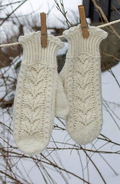 Ravelry: Snøhvit pattern by Wenche Roald Knitted Mittens Pattern, Crochet Mittens, Fingerless Mittens, Knitted Gloves, Knit Crochet, Knitting Stitches, Knitting Socks, Hand Knitting, Knitting Patterns
