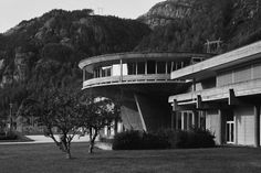 Fremmedlegeme. Da Geir Grungs sirkelformede kontrollrom for det nye kraftanlegget i Røldal-Suldal stod ferdig på Nesflaten midt i 1960-årene, må betongkonstruksjonen mildt sagt ha fortont seg som et fremmedelement blant det lille Ryfylke-stedets gårdsbruk.