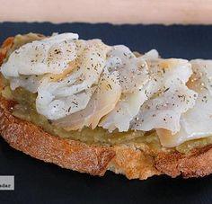 Tosta de paté de berenjena con bacalao ahumado. Receta de Semana Santa
