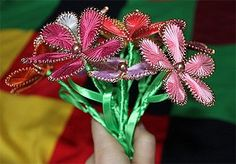 Ganutell flowers from wire and thread :: Kids crafts Wire Flowers, String Art, Crafts For Kids, Ornaments, Maltese, Crafts For Children, Yarn Flowers, Kids Arts And Crafts, Christmas Decorations