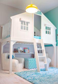 Stupenda cameretta dei bambini con il letto rialzato, a forma di casetta - Sotto il letto un piccolo saloncino - Arredi e colore parete blu turchese