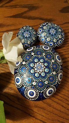 Belle et détaillée-fleur dans cette roche bleue en pointillés. Beaucoup d'AMOUR et de temps sont entrés dans ces roches uniques, pour créer le parfait mandala fleuri art. La peinture acrylique a été scellée avec une finition protectrice spray.