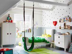 Lastenhuone, jossa valkoinen jatkettava sänky, vaatekaappi ja lipasto.