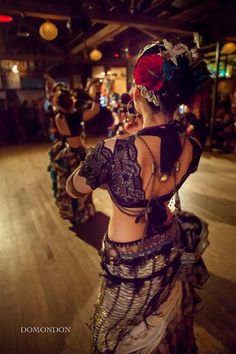 Resultado de imagem para como fazer um choli do figurino tribal ats Belly Dance Outfit, Belly Dance Costumes, Tribal Fusion, Estilo Tribal, Dance Gear, Tribal Costume, Exotic Dance, Dance Outfits, Dancing Outfit