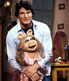 Christopher Reeve and Miss Piggy The Muppets Show 1980 Christopher Reeve, The Muppets, The Muppet Show, Elmo, Muppet Babys, Kermit And Miss Piggy, Mejores Series Tv, Sesame Street Muppets, Fraggle Rock