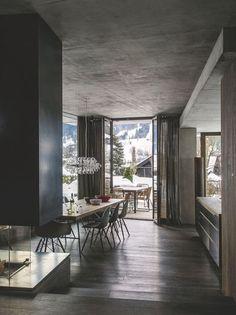 La salle à manger et la cuisine de ce chalet avec vue sur les montagnes sont séparées par des marches. Plus de photos sur Côté Maison http://petitlien.fr/7smq