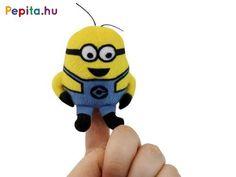 Játszd el a Minyonok történeteit apró, hangos ujjbábokkal! A Minion ujjbáb hanggal egy kisebb méretű puha plüssből készült Minion figura, akit a Gru 3 filmben is láthattál. A figurát az ujjadra tudod húzni, belül a pocakját megnyomva még vicces hangot is ad ki magából. Az ujjbáb gombelemekkel működik, a csomagolás az elemeket tartalmazza, az elemek nem cserélhető. A Minion ujjbáb hanggal mérete: 8 cm. Ezek az aranyos kis sárga lények a Despicable Me 3, (Magyarországon Gru 3) című filmből… Akita, Minions, Character, Minion, Minion Stuff, Lettering