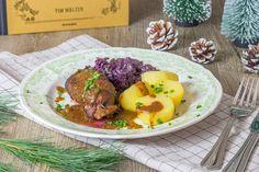 """Ein perfektes Weihnachtsessen: Rinderrouladen aus dem Kochbuch """"Heimat"""" von Tim Mälzer. Dazu passt Apfel-Rotkohl und Kartoffeln oder Thüringer Klöße."""