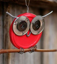Found Objects Sculpture Owl.a lid, button and wire. I'm not really into the owl craze, but this is cute! Button Art, Button Crafts, Diy Projects To Try, Craft Projects, Owl Ornament, Garden Ornament, Ornaments, Found Object Art, Owl Crafts