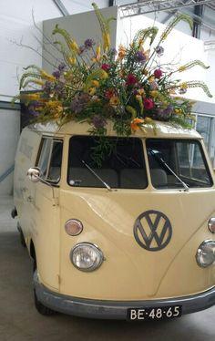 Autoversiering op oldtimer  volkswagenbusje.