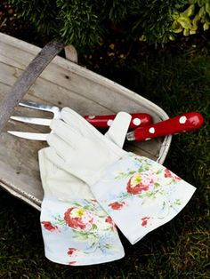 tutorial to creating those adorable gardening gloves