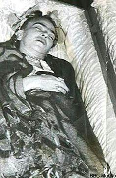 Frida em seu leito de morte                                                                                                                                                                                 More