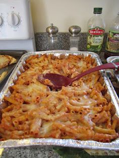 Easy, delicious, and cheap baked ziti recipe! Easy Crowd Meals, Pasta Recipes For A Crowd, Food For A Crowd, Dinner For Crowd, Team Dinner, Potluck Dishes, Potluck Recipes, Casserole Recipes, Field Meals