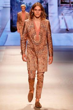 Etro unveiled its Spring/Summer 2016 collection during Milan Fashion Week.