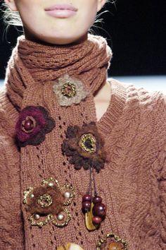 Crochet flowers on knitwear - Oscar de la Renta Knitwear Fashion, Crochet Fashion, Freeform Crochet, Knit Crochet, Knitting Accessories, Fashion Accessories, Moda Crochet, Couture Embroidery, Mode Boho