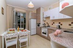 кухонный стол из МДФ в интерьере кухни