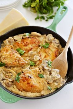 Perfect for O-LIVE extra-virgin olive oil! Creamy Chicken and Mushroom Skillet - Delicious chicken dinner in a mushroom cream sauce, made easily in one skillet. Serve with pasta and salad! One Skillet Meals, Skillet Chicken, Chicken Pasta, Smothered Chicken, Salad Chicken, Chicken Spaghetti, Sauce A La Creme, Frango Chicken, Electric Skillet Recipes