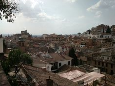 Vistas de parte del Albaicín, la Iglesia de Santa Ana y San Gil, y la catedral al fondo #Granada @GranadaenFotos