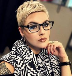 Blonde Pixie Cut With Glasses If you want to change your hairstyle and amp up your overall look then you should checkout our hairstyle ideas. Today, we have brought some of the Best Pixie Cuts… Blonde Pixie Haircut, Short Blonde Pixie, Short Pixie Haircuts, Pixie Hairstyles, Short Hair Cuts, Blonde Hair, Cool Hairstyles, Buzzcut Haircut, Hairstyle Ideas