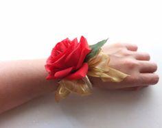 Ramillete de la muñeca, rojo color de rosa con organza oro en pulsera de la perla