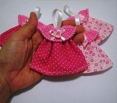 Lembrancinha linda para o seu chá de bebê ou lembrancinha de maternidade! É um mini vestidinho (bata) para chaveiro ou imã de geladeira! Distintivos Baby Shower, Shower Bebe, Baby Shawer, Crochet Christmas Ornaments, Flower Girl Basket, Baby Cards, Miniature Dolls, Felt Crafts, Diy Crafts For Kids