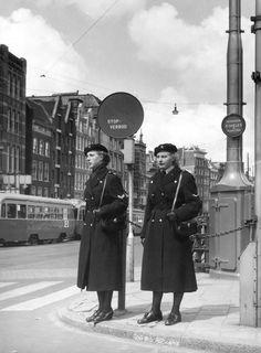 Vrouwelijke politie op het Rokin te Amsterdam, 1955.