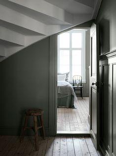 A Gothenburg home filled with treasures Y parecía que no cabía la puerta. Vale la pena encargar la puerta a medida si con ello se va a conseguir el acceso a una nueva habitación. Amortización inmediata