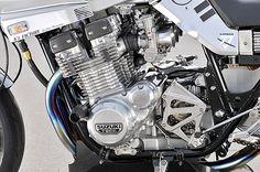 エンジンはヨシムラ製φ74mmピストンで1135cc化[STD:φ72mm。1074cc]、同ST-1カムなどでチューン。シリンダーヘッドの0.5mm面研、ポート加工なども行う。吸気はヨシムラTMRφ40mm+ファンネルの組み合わせだ
