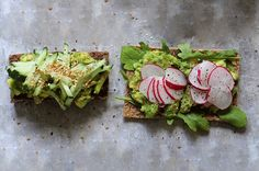 Brødskive med avocado, ruccola, reddiker og pepper