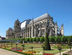 La catedral San Esteban de Bourges. Arquitectura inicial de estilo gótico en Francia, Edificio católico diseñado y construido a partir de 1195