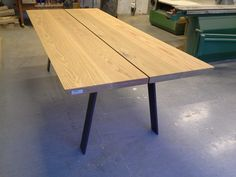 Håndlaget plankebord i eik. Dette har ben i råstål og er 240 langt.Kan leveres med klaffer i hver ende. Ca pris for bord 2m