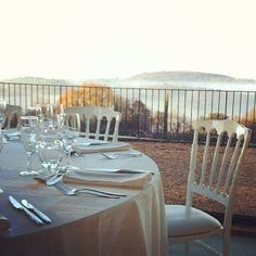 Un doux matin aux jardins  #eyrignac #mariage #hiver #table #blanc #menu #white #brume #france #traiteur #wedding #perigord Menu, Table Decorations, Furniture, Home Decor, Gardens, Catering Business, The Mansion, Places, Winter